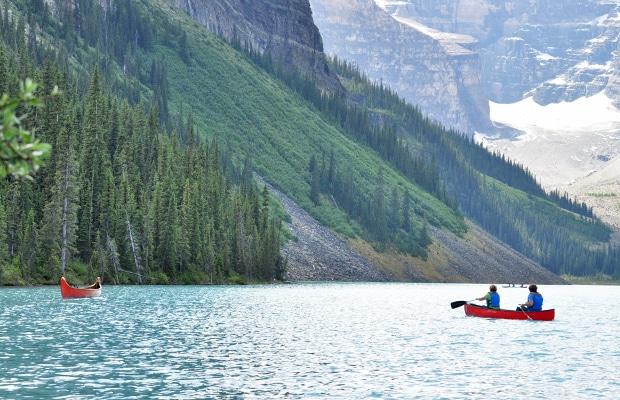 Tanto no Lake Louise quanto no Lake Moraine é possível passear de canoa.