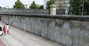 O Memorial do Muro de Berlim - Gedenkstätte Berliner Mauer, em alemão - é o principal ponto de memória do que foi a divisão causada pelo muro de concreto que impôs restrições de trânsito entre os moradores da porção socialista alemã com a parte capitalista da cidade.