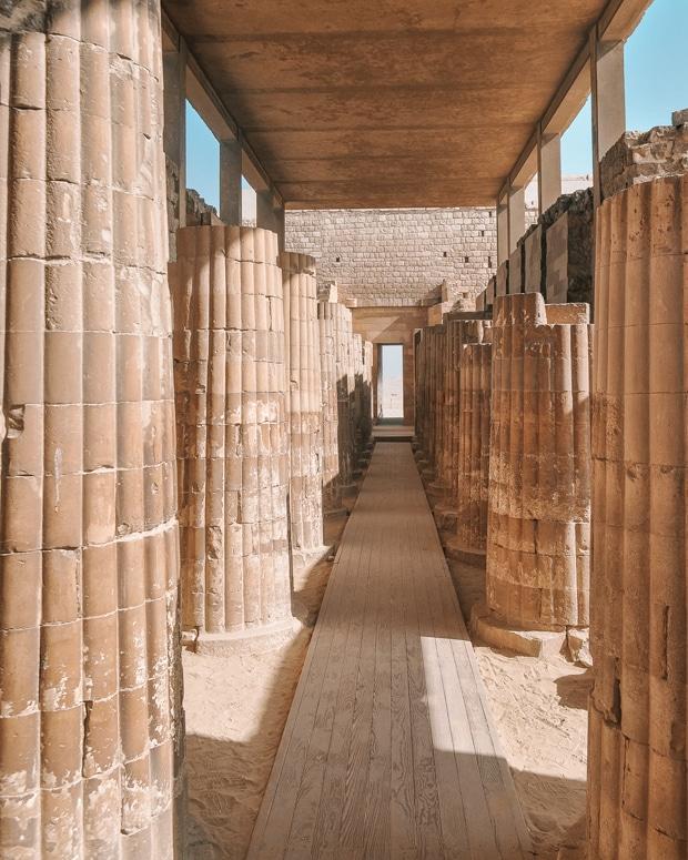O complexo de templos e pirâmides de Saqqara e a cidade perdida de Mênfis